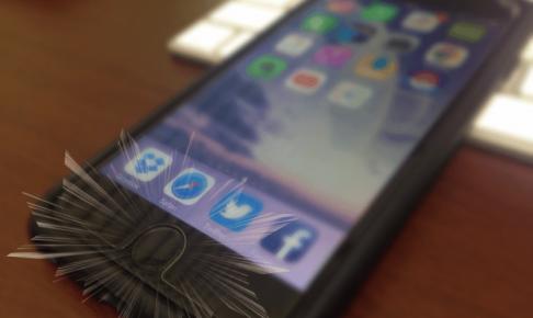 iPhoneのホームボタンをタップ